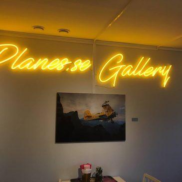 Led neon skylt till planes gallery
