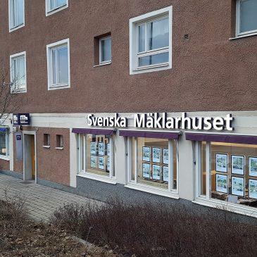 Veckan avslutas med skyltar till Svenska Mäklarhuset i Vällingby