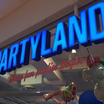 Denna gång var det Partyland Motala som fick upp sin led skylt